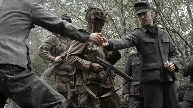 《兄弟连》,美军中尉将整包香烟给德国俘虏分发