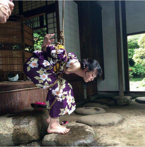 KinokoHajime作品被绑在夜樱下的女士