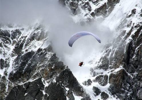成功使用动力滑翔伞,飞过29000英尺的珠峰